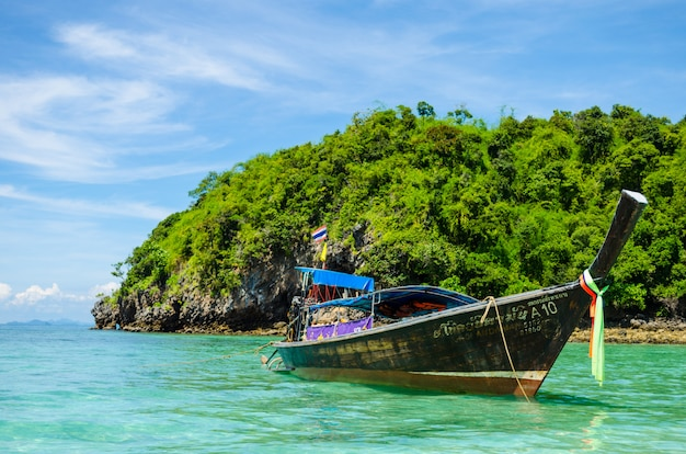 Ilha de banheira no foco de krabi no barco
