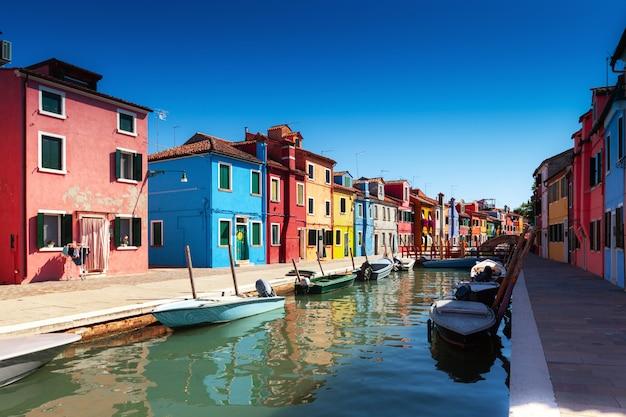 Ilha de burano com casas coloridas