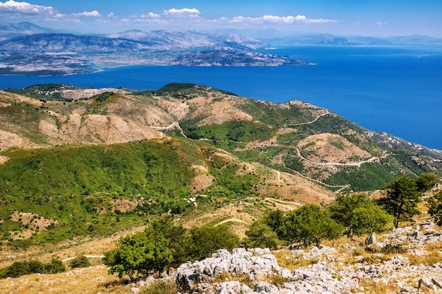 Ilha de corfu do pico mais alto do monte pantokrator olhando para o leste em direção à albânia, grécia