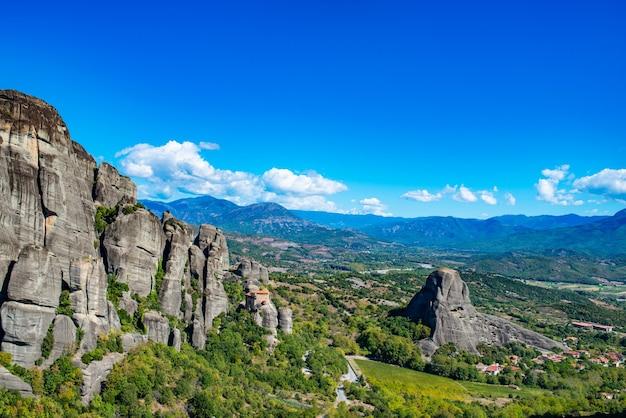 Ilha de corfu no mar jônico. grécia. vista da bela paisagem de montanhas verdes com árvores e arbustos em um dia ensolarado, céu azul sem nuvens.