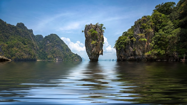 Ilha de james bond na baía de phang nga