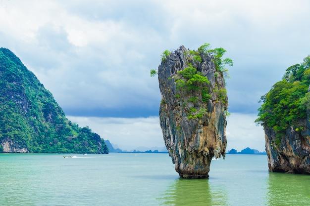 Ilha de james bond ou ko tapu na baía de phang nga, tailândia