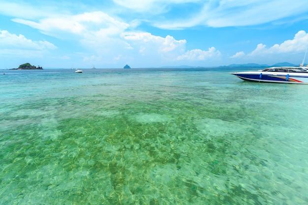 Ilha de kai, phuket, tailândia. pequena ilha tropical com praia de areia branca e azul transparente wate