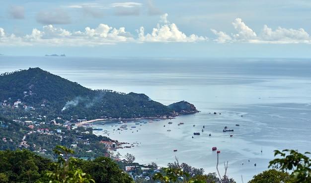 Ilha de koh phangan no golfo da tailândia. vista do mar