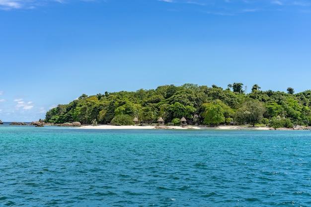 Ilha de munnok, leste da tailândia, a ilha privada e pacífica. atirando de fora para dentro.