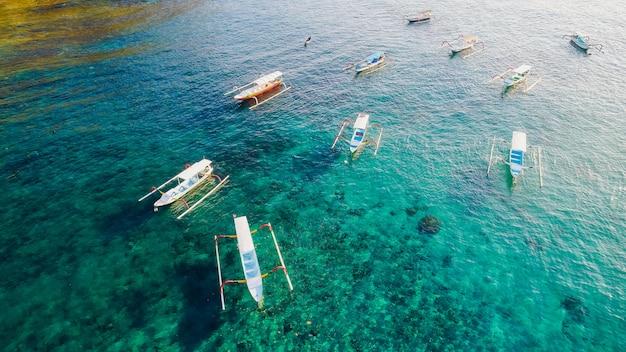 Ilha de nusa penida da praia de crystal bay. indonésia