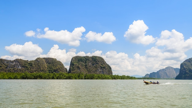 Ilha de pedra calcária com floresta de mangue no parque nacional de phang nga bay, tailândia