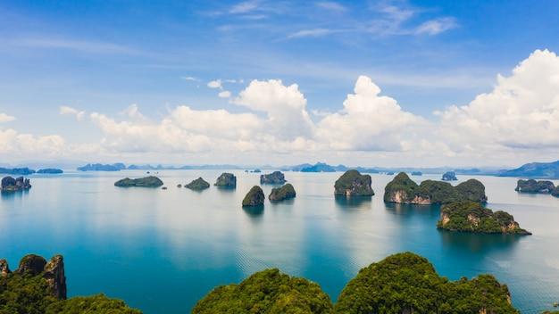 Ilha de pedra calcária na vista aérea do mar