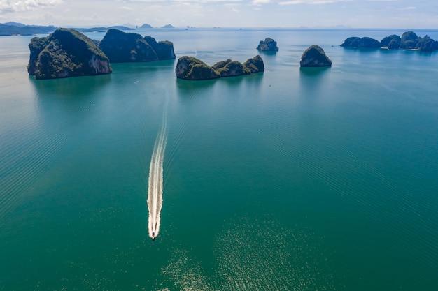 Ilha de pedra calcária no mar kra bi tailândia vista aérea