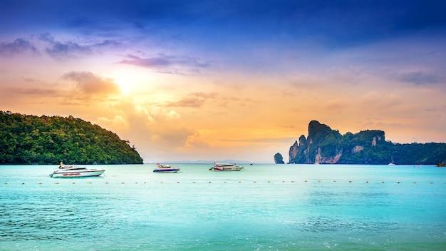 Ilha de phi phi e oceano na tailândia
