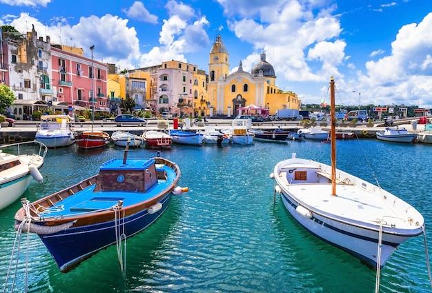 Ilha de procida colorida na campânia, itália