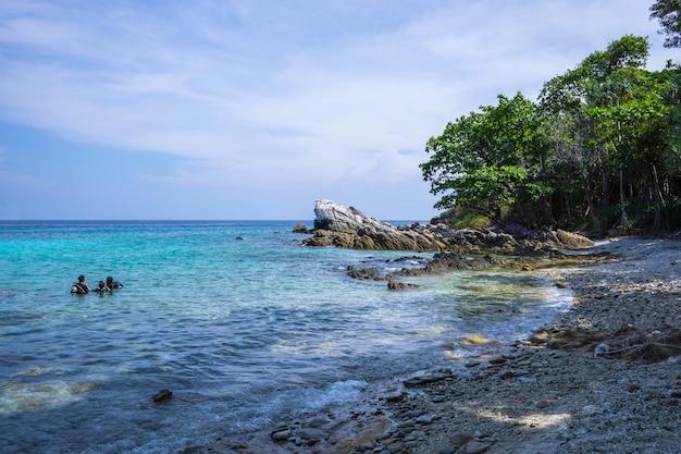 Ilha de racha em phuket, tailândia. a ilha mais bonita de phuket