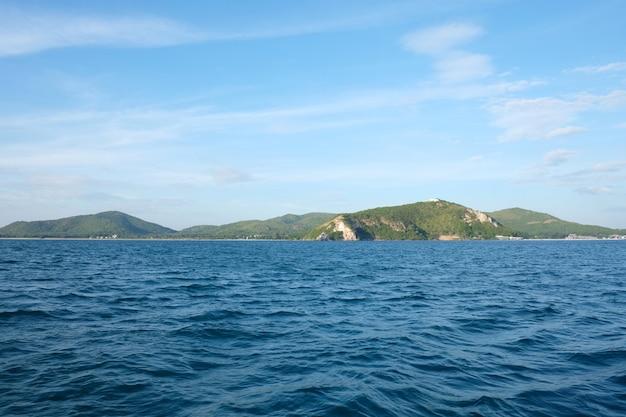 Ilha de samaesarn na opinião do dia e no céu azul.