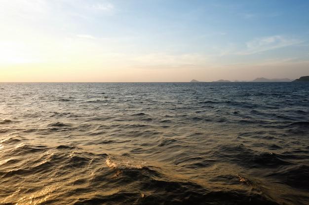 Ilha de samaesarn na opinião do por do sol da noite.