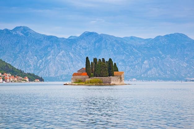 Ilha de são jorge na baía de kotor, perto da cidade de perast, em montenegro
