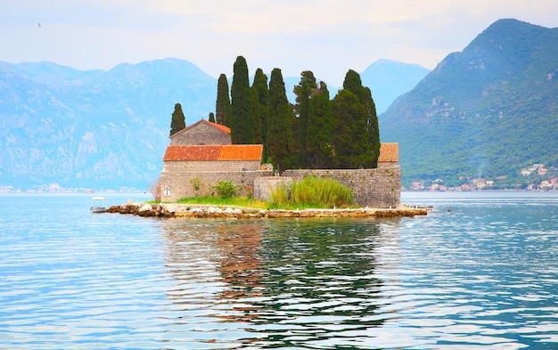Ilha de são jorge na baía de kotor, perto da cidade de perast, montenegro
