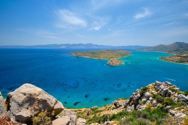 Ilha de spinalonga com a antiga fortaleza ex-colônia de leprosos e a baía de elounda, ilha de creta, grécia