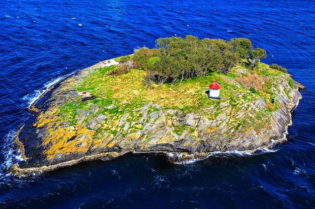 Ilha deserta com um farol no mar do norte