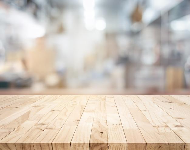 Ilha do balcão da mesa de madeira no fundo desfocado da cozinha