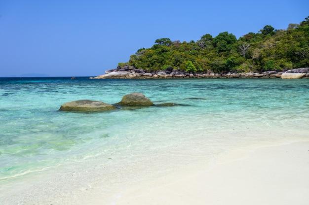 Ilha do bourder com a praia branca da areia e o mar verde de cristal, myanmar.