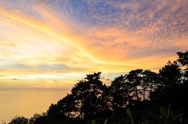 Ilha e montanha com céu crepuscular e tempo do sol na província de trad tailândia