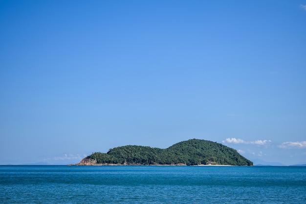 Ilha isolada no meio do mar
