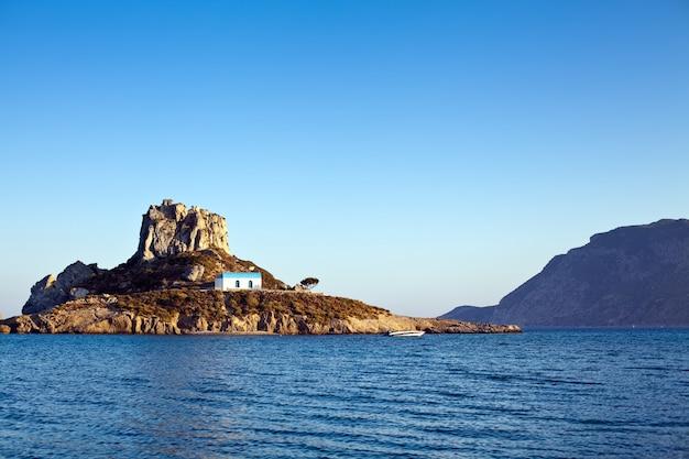Ilha kastri no mar mediterrâneo perto de kos, grécia