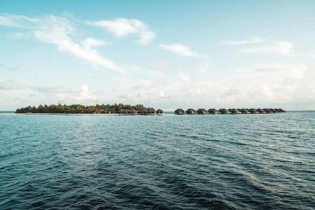 Ilha maldivas com oceano