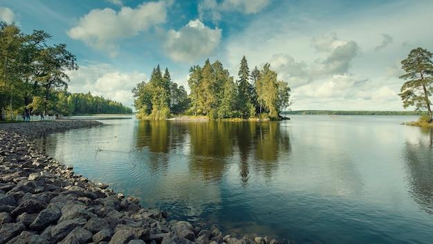 Ilha no golfo da finlândia no parque natural monrepo perto de vyborg