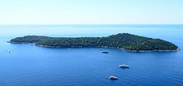 Ilha no mar adriático.