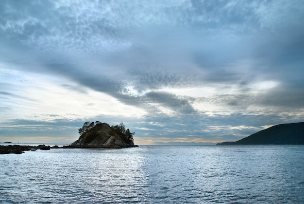 Ilha no mar perto da costa norte de vancouver