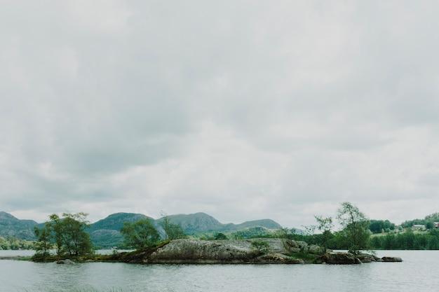 Ilha no meio de um lago