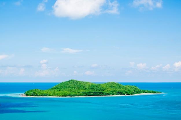 Ilha no oceano azul