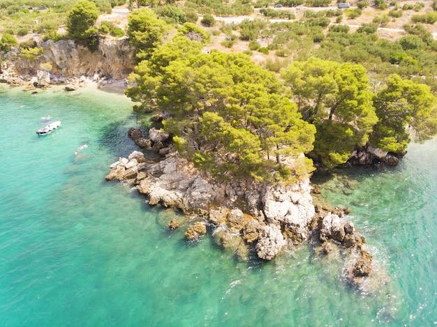 Ilha paradisíaca da lagoa azul bela baía perto da cidade de podgora makarska rivera dalmácia croácia