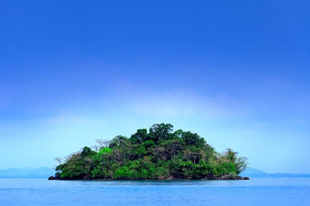 Ilha pequena em mar tropical