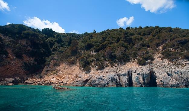 Ilha rochosa na grécia
