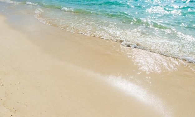 Ilha tropical bonita de maldivas com praia arenosa e mar brancos.
