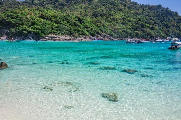 Ilha tropical com resort - ilha de racha, província de phuket, tailândia