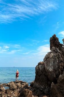 Ilha tropical pequena com praia arenosa branca e água transparente azul do mar de andaman.