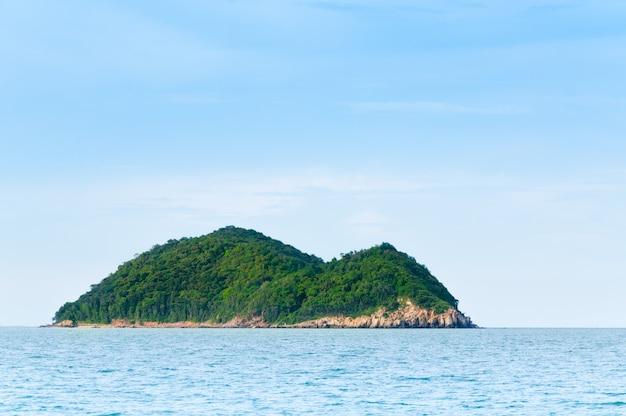Ilha verde e paisagem da natureza do mar em songkhla tailândia, natureza e ninguém ilha deserta