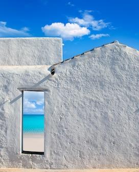 Ilhas baleares idílica praia da porta da casa