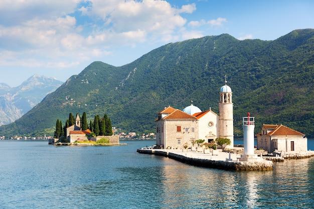 Ilhas com igrejas no mar