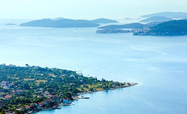 Ilhas croatas, vila de viganj à beira-mar e vista matinal sobre as águas da cidade velha de korcula (península de peljeã… â¡ac, croácia)