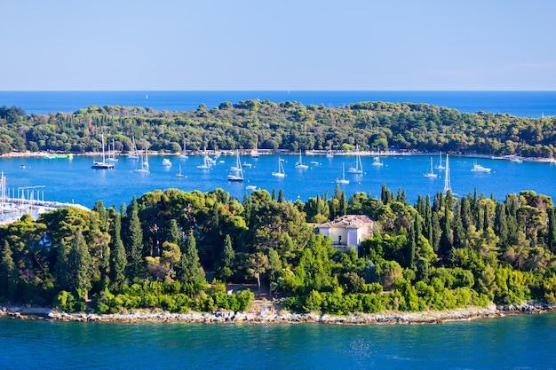 Ilhas da croácia e mar adriático. vista aérea do campanário de rovinj. dia claro de verão