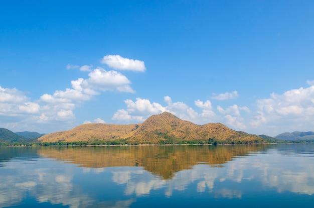 Ilhas de reservatório no site tropical, tailândia