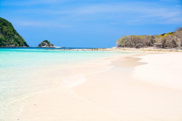 Ilhas e praia no mar de andaman, tailândia