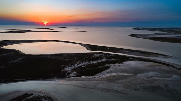 Ilhas incomuns no lago sivash, vista aérea