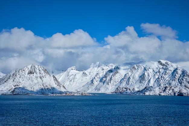 Ilhas lofoten e mar da noruega no inverno, noruega