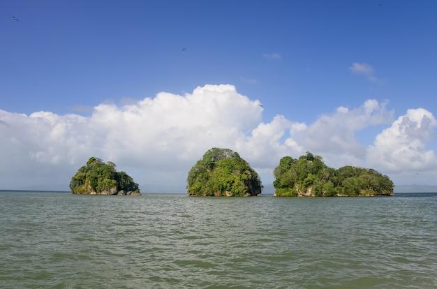 Ilhas muito pequenas no mar tropical.