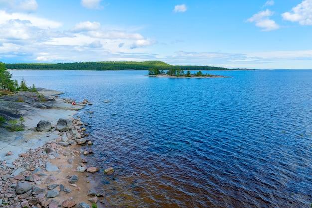 Ilhas no lago ladoga. bela paisagem - água, pinheiros e pedregulhos.